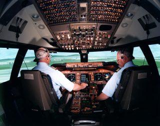 747_cockpit_hi