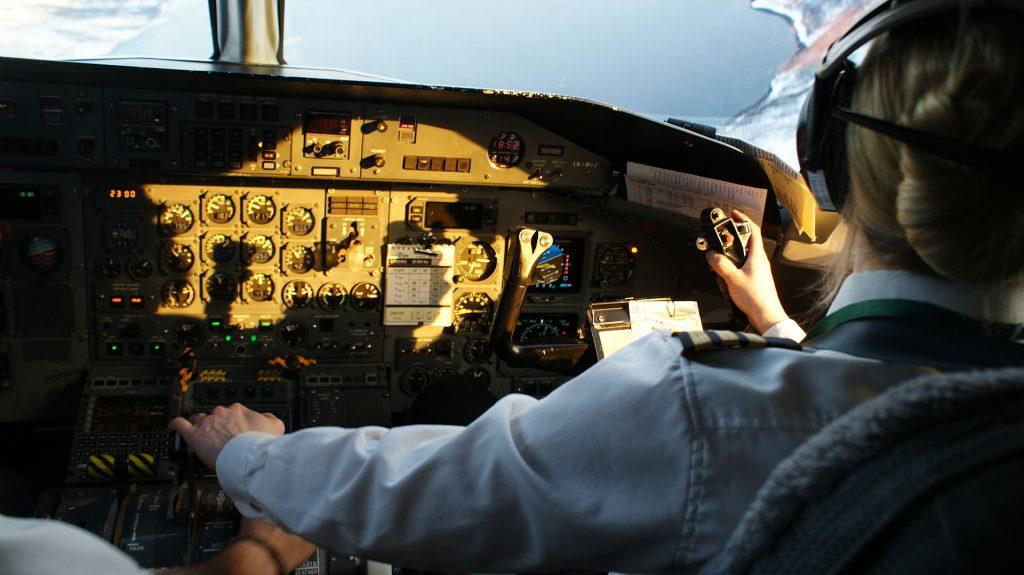 Wideroe-dash8-cockpit